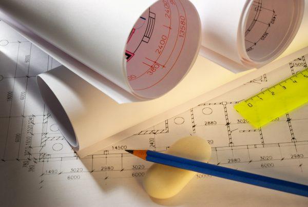 bouwtekening op tafel met potlood gum en liniaal
